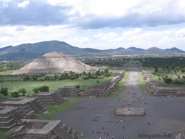 Teotihuacan Avenida de los Muertes y P del Sol desde P de la Luna